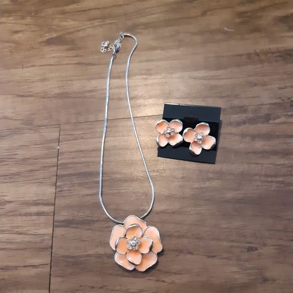 Jewelry - Peach Floral Necklace